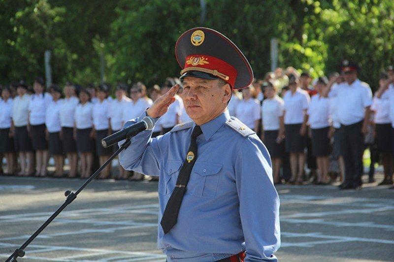 Министр внутренних дел Кашкар Джунушалиев на Старой площади во время развода-инструктажа личного состава бишкекского гарнизона милиции.