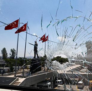 Поврежденное окно штаб-квартиры полиции в Анкаре. Архивное фото