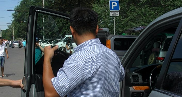 Милиционеры заставили бишкекчан снять незаконную тонировку