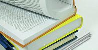Стопка книг на столе. Архивное фото
