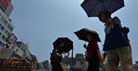 Люди с зонтами в Японии. Архивное фото