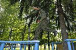 Преодоление полосы препятствий в детском военно-спортивном лагере. Архивное фото