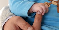 Руки младенца. Архивное фото