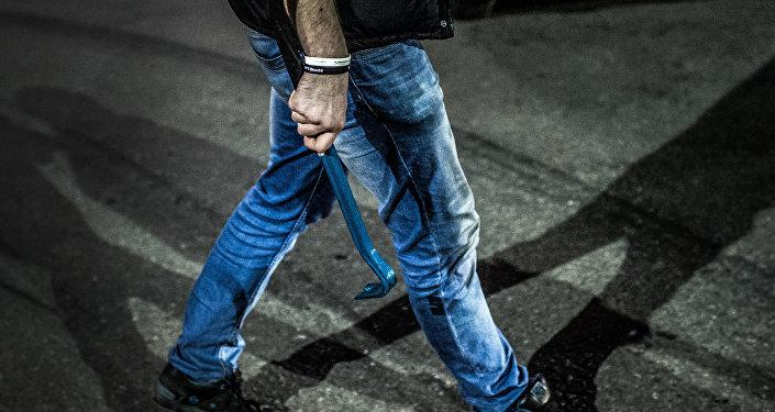 Мужчина с монтировкой в руке. Архивное фото