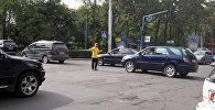 Работник фастфуд, регулировавший движение на пересечении проспекта Манас и улицы Фрунзе. Архивное фото