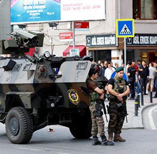 Члены полицейского спецназа стоят на страже в Стамбуле, Турция. Архивное фото