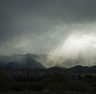 Дождь в горах Нарынской области. Архивное фото