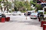 Жогорку соттун имаратынан бомба издеп жаткан шаардык милиция.