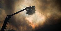 Сотрудники пожарной службы тушат возгорание. Архивное фото