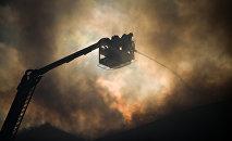 Сотрудники пожарной службы во время тушения возгорания. Архивное фото