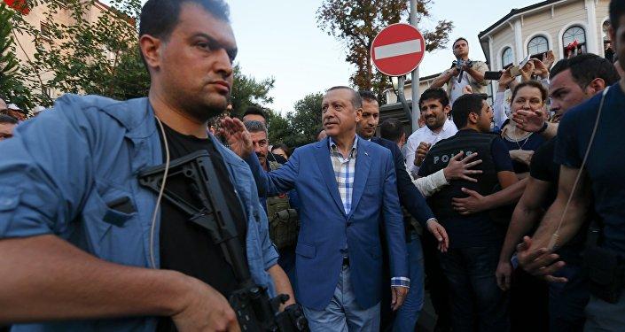 Президент Турции Тайип Эрдоган с телохранителями в Стамбуле, Турция. Архивное фото
