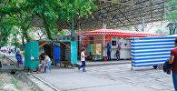 Люди на мини-рынке Айчурек возле ЦУМа в Бишкеке. Архивное фото