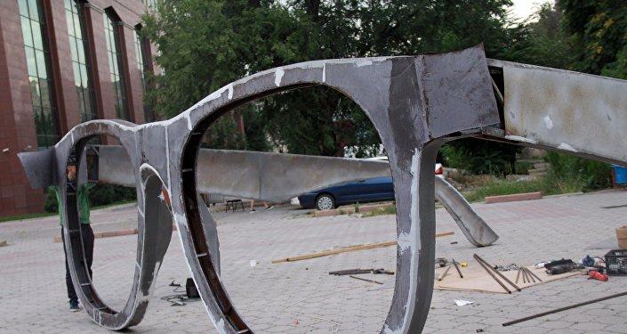 Көз айнек түрүндөгү аrt –инсталляция кооз түстөргө боёлот. Анын бийиктиги эки, туурасы алты метрди түзөт.