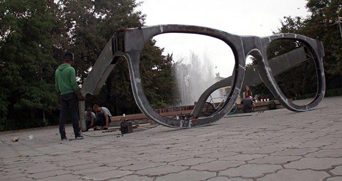 Бишкектеги Жаштар аллеясына art –инсталляция, тагыраагы Көз айнек эстелиги бүгүнтөн тарта орнотула баштады.