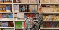 Посетительница книжной выставки. Архивное фото