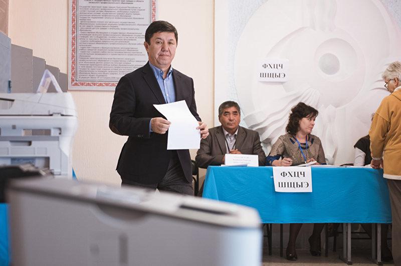 Премьер-министр КР Темир Сариев с бюллетенем на избирательном участке