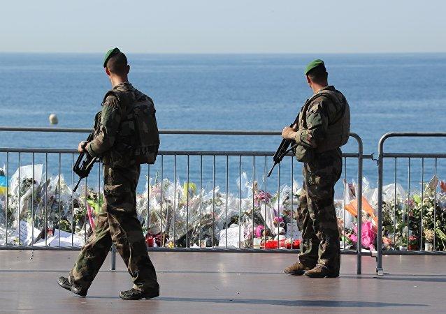 Французские солдаты проходят мимо импровизированного мемориала в память жертв теракта в День взятия Бастилии на Английском набережной в Ницце. Архивное фото