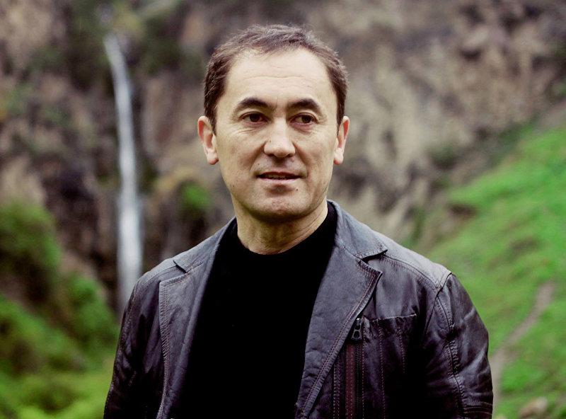 Лидер партии Мекен ынтымагы Темирбек Асанбеков во время выездов