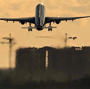 Самолет взлетает с аэропорта. Архивное фото