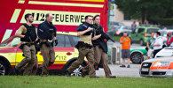 Сотрудники полиции около торгового центра, в котором произошла стрельба, Мюнхен, Германия.