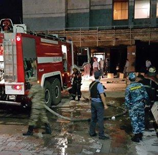 Сотрудники МЧС на месте пожара в Историческом музее, расположенного на центральной площади Бишкека.