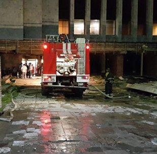 Сотрудник пожарной службы около Исторического музея, где было возгарание
