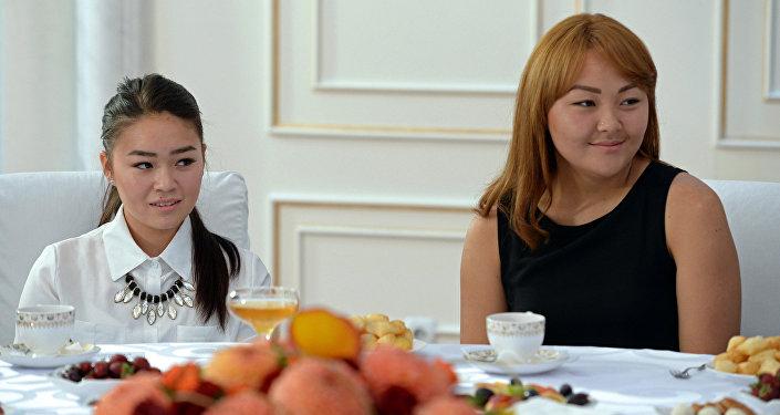 По итогам встречи глава государства передал женской сборной сертификат на 300 тысяч сомов и пожелал дальнейших успехов всем девушкам