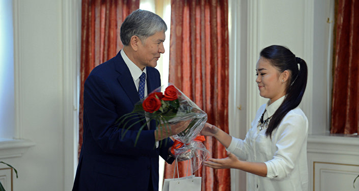 Президент Кыргызстана Алмазбек Атамбаев во время вручения