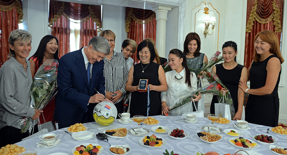 Президент Кыргызской Республики Алмазбек Атамбаев принял женскую сборную страны по уличному футболу, которая заняла второе место на чемпионате мира, прошедшем в Шотландии