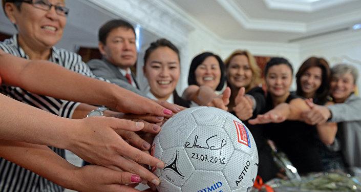 Автограф президента на футбольном мяче
