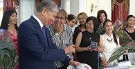 Атамбаев давал автограф и поздравлял сборную КР по уличному футболу
