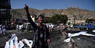 Афганский протестующий недалеко от места взрыва, который прогремел во время митинга в районе Дехмазанг, Афганистан.
