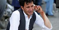 Мужчина говорит по телефону после теракта в Кабуле, Афганистан 23 июля 2016 года.