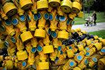 Инсталляция из более чем 400 противогазов в виде символа радиации. Архивное фото