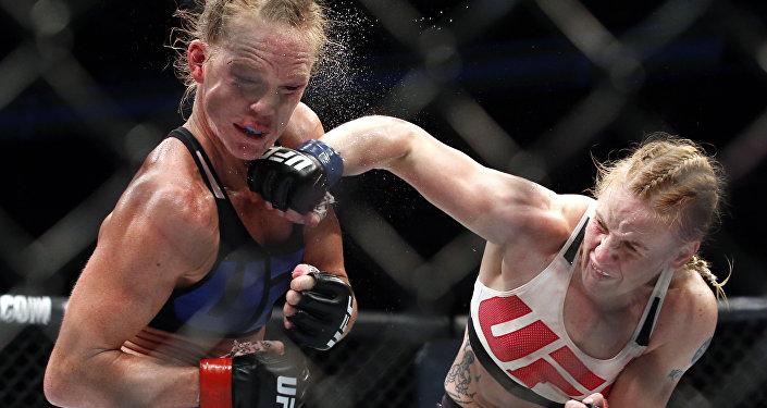 Архивное фото бойца UFC Валентины Шевченко во время боя с Холли Холм
