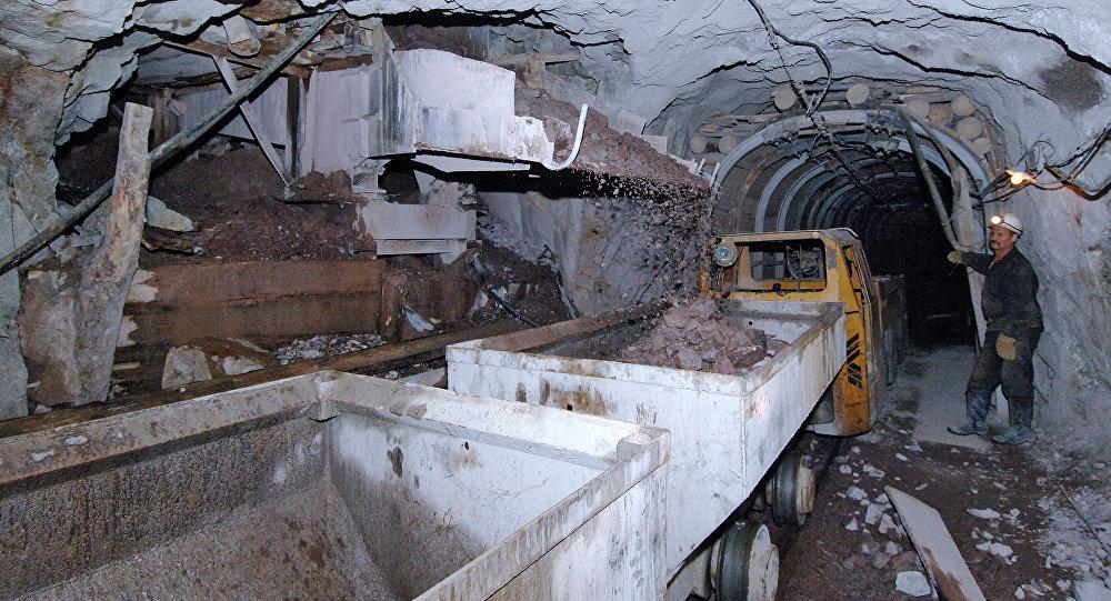 Погрузка уранового грунта в вагонетки на руднике. Архивное фото
