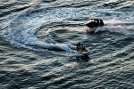 Туристы катаются на водных мотоциклах. Архивное фото