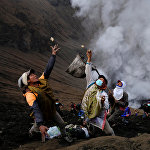 Индонезиядагы Бромо вулканына курмандык чалуу. Жергиликтүү тургундар азык-түлүк, мөмө-жемиш жана малдарды курмандыкка чалып жаткан кези.