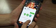 Пользователь устанавливает приложение Prisma на смартфон. Архивное фото
