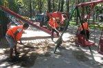 Сотрудники МП Тазалык завозит песок на столичные детские площадки