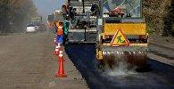 Рабочие во время укладки асфальта. Архивное фото