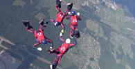 Военные выполняли сложные фигуры в небе во время ЧМ по парашютному спорту