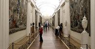 Посетители осматривают гобелены в зале Эрмитажа в Санкт-Петербурге. Архивное фото