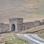 Караван-сарай Таш-Рабат является одним из немногочисленных хорошо сохранившихся памятников средневековья. Расположен на высоте более 3000 метров над уровнем моря в живописном ущелье Кара-Коюн в окружении снежных пиков и неприступных хребтов Центрального Тянь-Шаня недалеко от границы Кыргызстана и Китая.