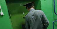 Сотрудник СИЗО закрывает дверь камеры. Архивное фото