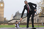 Самый низкий человек в мире Чандра Бахадур Данги и самый высокий человек Султан Косен в Лондоне. Архивное фото