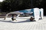 Художники  DOXA art-group красят инсталляцию Очки на Аллее молодежи в центре Бишкека