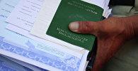 Паспорт гражданина Узбекистана во время оформления документа. Архивное фото