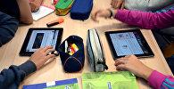 Школьники на уроке с планшетами. Архивное фото