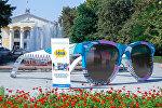 Арт-инсталляция Очки. Точка зрения на аллее Молодежи в центре Бишкека